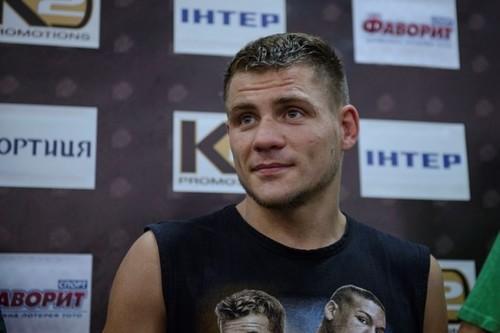 Знаменитого украинского боксера, закованного вцепи, привели наринг под конвоем