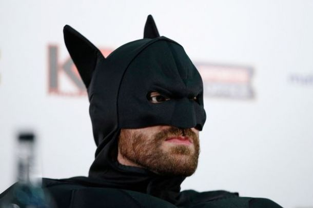 Фьюри явился на пресс-конференцию в костюме Бэтмена. ФОТО